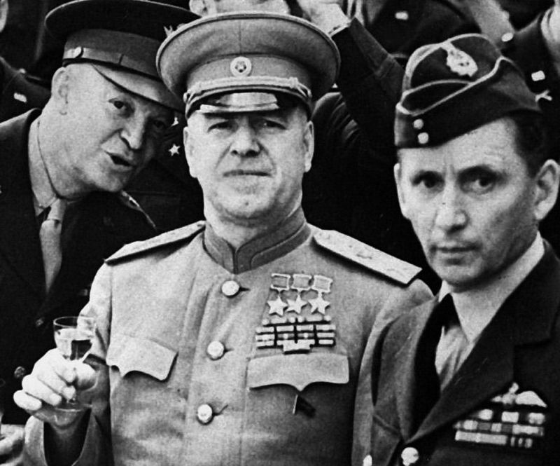 Маршалы Георгий Жуков и Артур Теддер (справа)