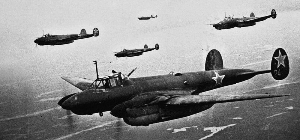 Пикирующие бомбардировщики Пе-2 в полёте