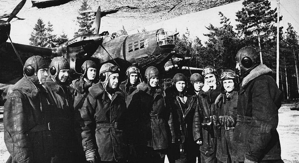 Экипаж дальнего тяжёлого бомбардировщика «Пе-8» перед выполнением боевого задания