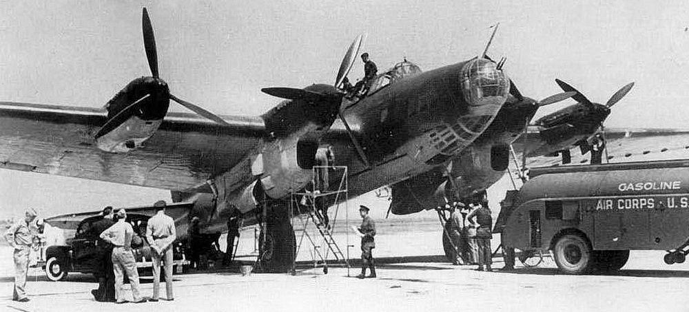 Обслуживание «дипломатического» самолёта «Пе-8» на аэродроме в США.