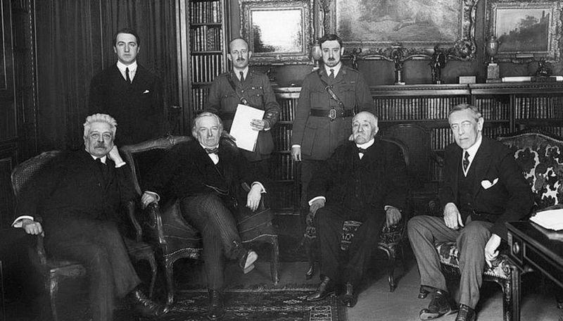 Архитекторы, как оказалось, будущей войны – «Большая четвёрка» (лидеры Италии, Франции, Англии и США) в зале заседаний в Версале.