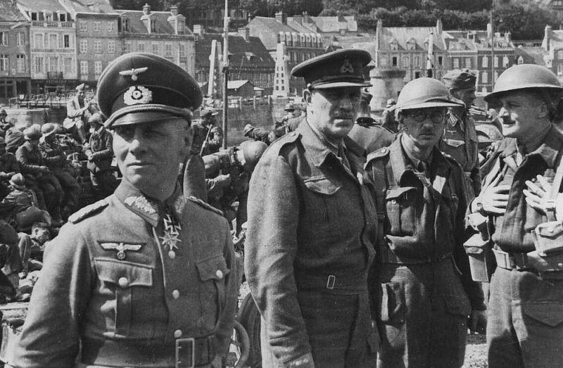 Генерал-майор Эрвин Роммель, в то время командир 7-й танковой дивизии вермахта, с пленными английскими офицерами. Шербур, Франция, июнь 1940 г.