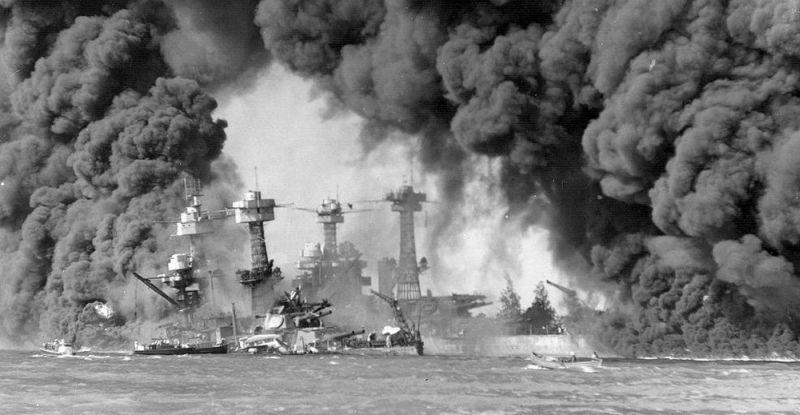 Пёрл-Харбор 7 декабря 1941 года. Горят линкоры «Западная Вирджиния» и «Теннесси». Фото ВМС США.