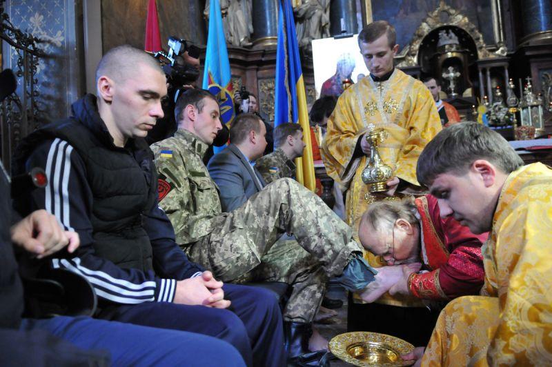 Униаты омывают ноги карателям Донбасса