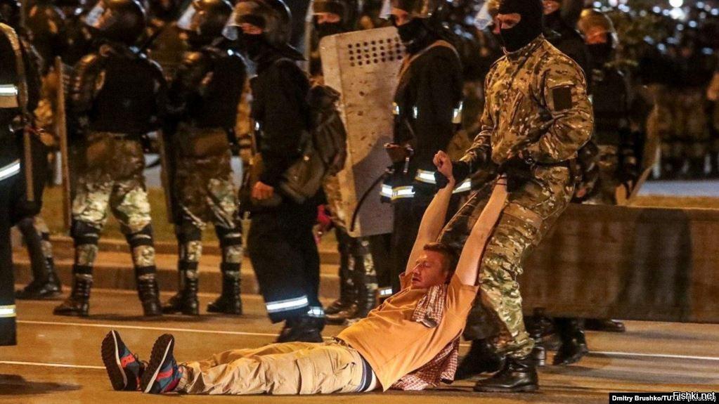Белорусские силовики тянут куда-то российского журналиста Семёна Пегова, он без сознания