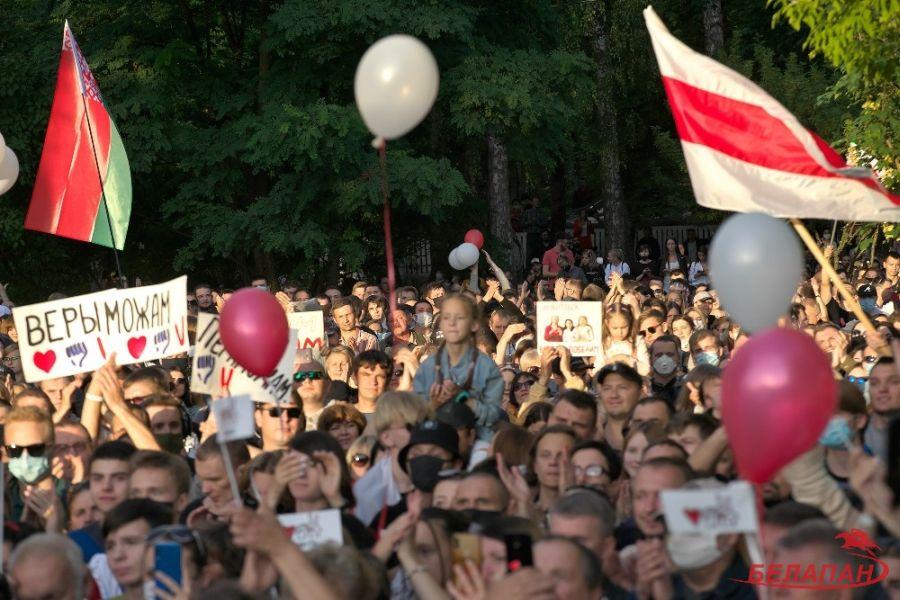 В июле на протестах ещё встречались государственные флаги Белоруссии и бело-красная-белая символика была умеренной