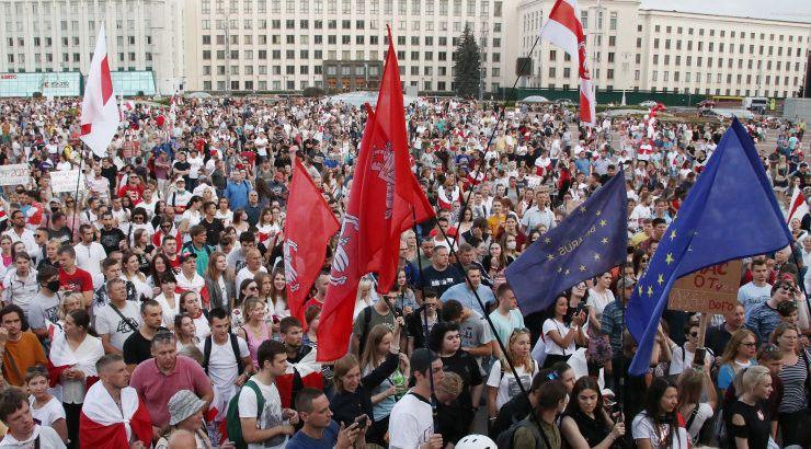 Прозападная оппозиция уже поднимает флаги Евросоюза вкупе с «белчервонабелыми»