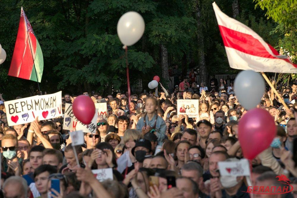 На первые митинги люди выходили и под государственными флагами, БЧБ-символики было немного…