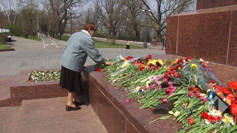 Одесситы возлагают цветы к памятнику Неизвестному матросу