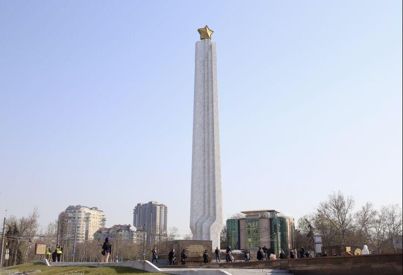 Официальная церемония возле памятника Крылья Победы