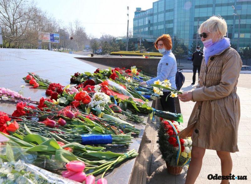 Одесситы возлагают цветы к памятнику Крылья Победы