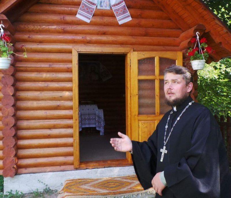 Священник Игорь Слисаренко возле часовни святого Трифона