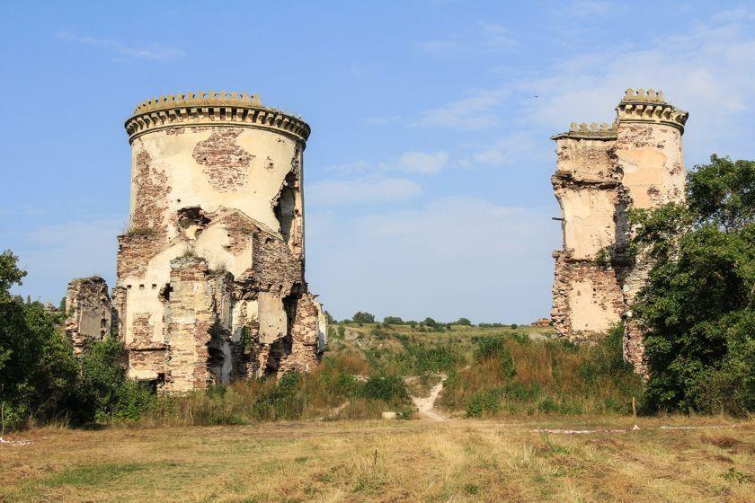 Разрушающийся Червоногородский замок местные жители требуют вернуть в госсобственность