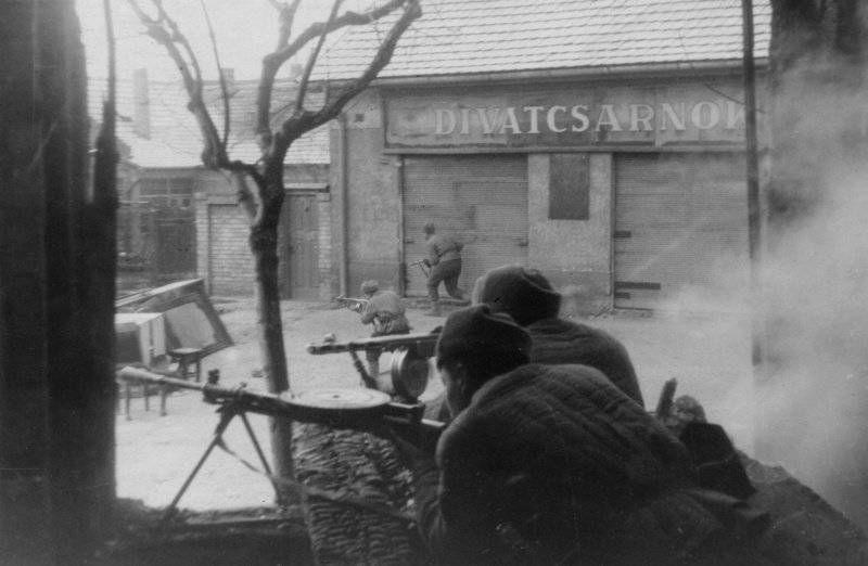 Бойцы 3-го Украинского фронта в уличных боях за Будапешт