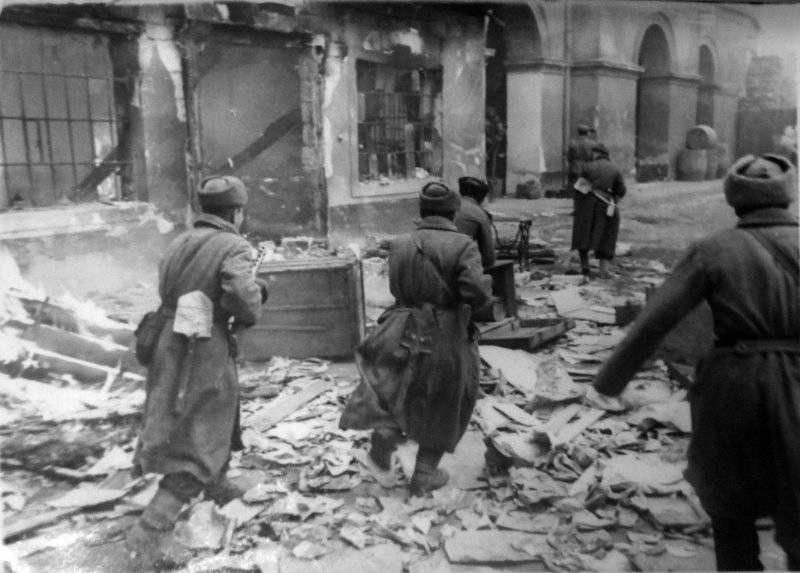 Советская штурмовая группа лейтенанта Л.С. Брынина в уличном бою в Будапеште