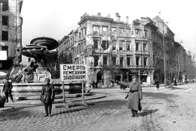 Советский регулировщик на улице Будапешта