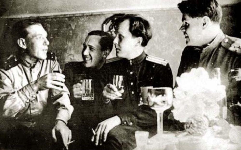 Твардовский (в центре) 9 мая 1945 года в Тапиау