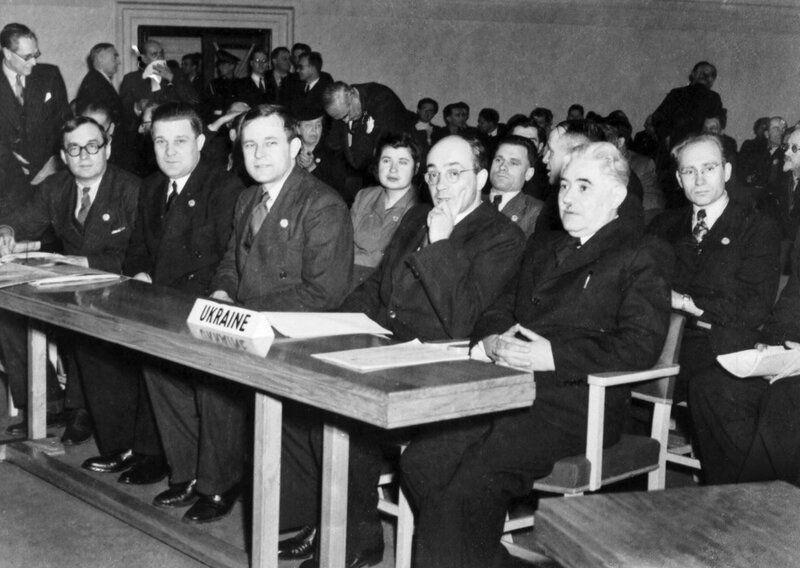 Члены делегации УССР на I сессии Генассамблеи ООН. Справа налево: Д.С. Мануильский, Н.П. Бажан, А.Война, Н.Н. Петровский