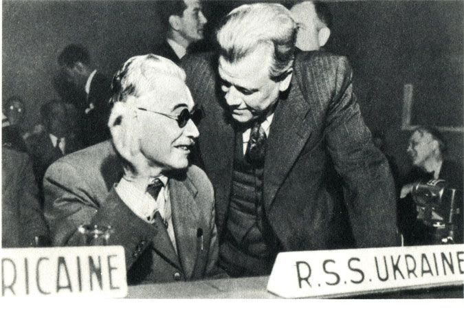 Главы делегаций УССР и БССР беседуют в перерыве между заседаниями третьей сессии Генеральной Ассамблеи ООН