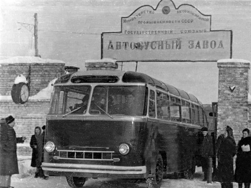 Опытный образец ЛАЗ-695 у ворот завода
