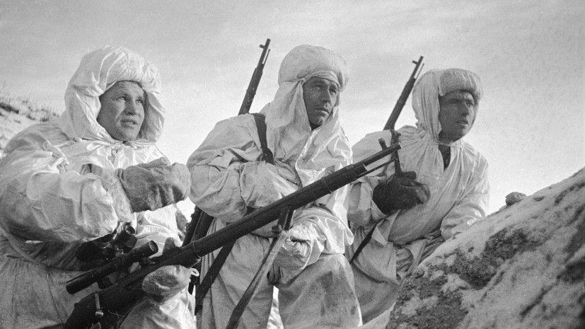 Василий Зайцев (слева) объясняет новичкам предстоящую задачу