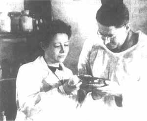 Ермольева и Флори в московской лаборатории