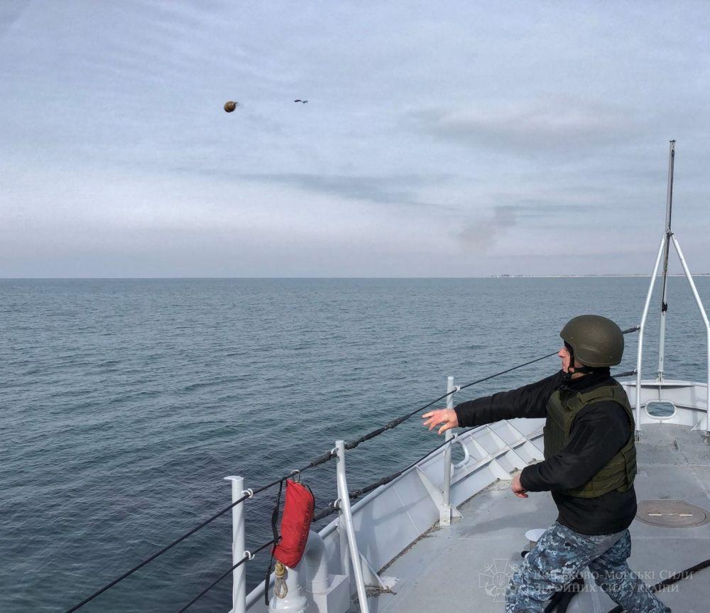 Украинский моряки обучаются отбиваться гранатами