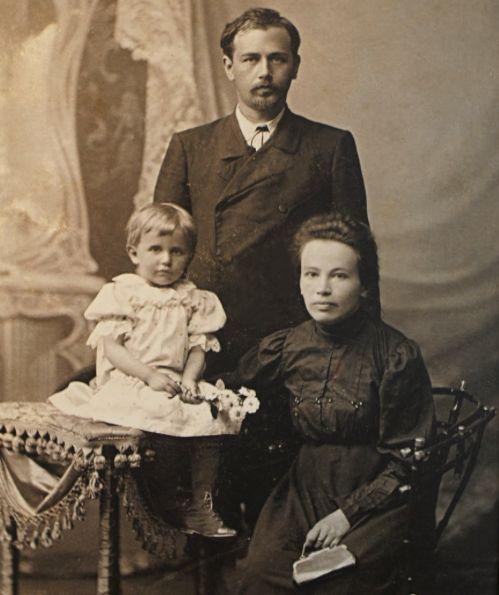 Николай Леонтович, автор «Щедрика», с женой и дочкой