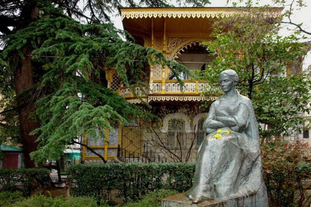 Памятник Лесе Украинке в Ялте