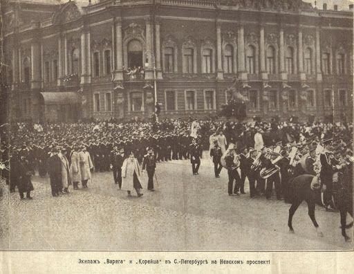 Экипажи «Варяга» и «Корейца» проходят по Невскому проспекту в Петербурге