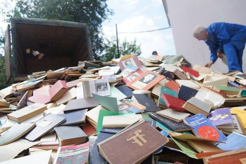 В Одесской области выбрасывают книги и учебники на русском языке