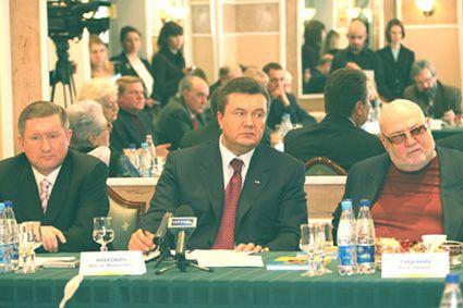На встрече представителей интеллигенции Украины с В. Януковичем. Киев, отель «Киев», март 2006 г. (Е. Кушнарёв слева в кадре). Фото автора