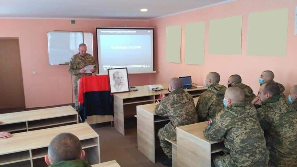 Капеллан Вронский читает воякам лекцию о Бандере