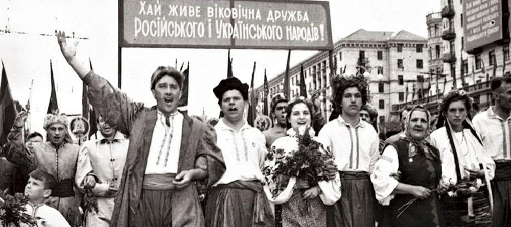 Киев в мае 1954 года, в дни празднования 300-летия воссоединения Украины с Россией. Торжественное народное шествие по Крещатику