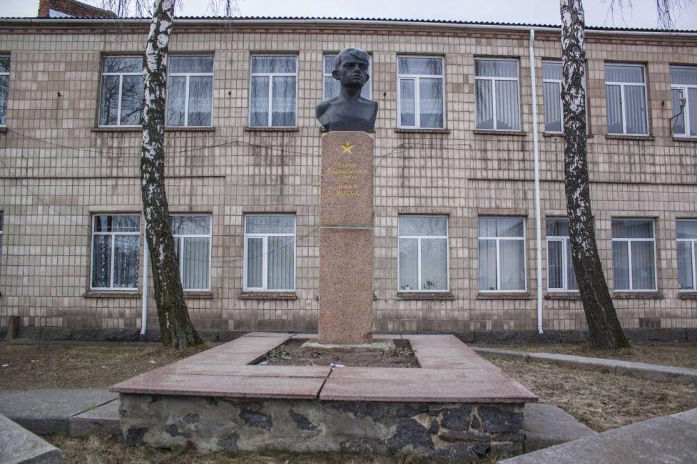 Бюст Вале Котику перед его школой в Шепетовке