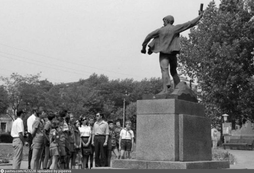 У памятника В. Котику в Шепетовке в советское время