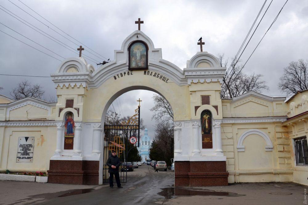 Вход на Второе христианское кладбище с храмом святителя Димитрия Ростовского, где жил и где похоронен старец