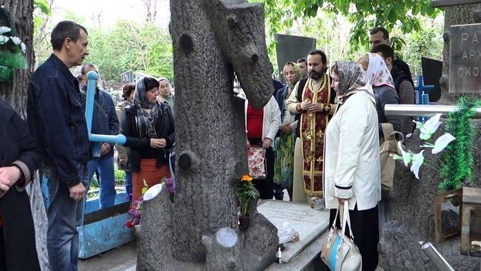 У могилы Ивана Петровича всегда многолюдно