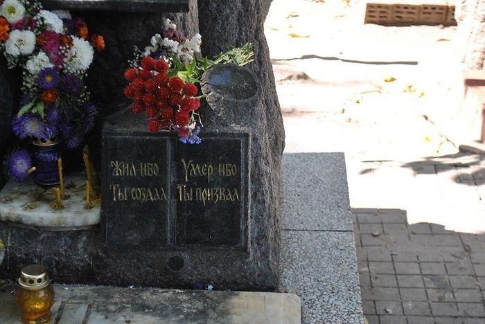 Памятник на могиле старца видел издалека