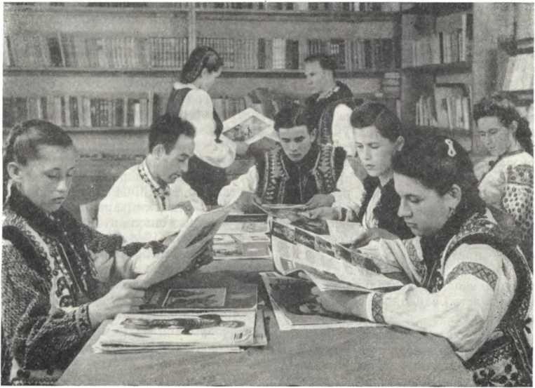 Посетители районной библиотеки г. Косова Станиславской области, 1945 г.