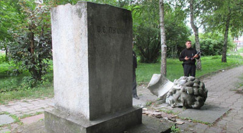 Разрушенный современными бандеровцами памятник Пушкину в Золочеве