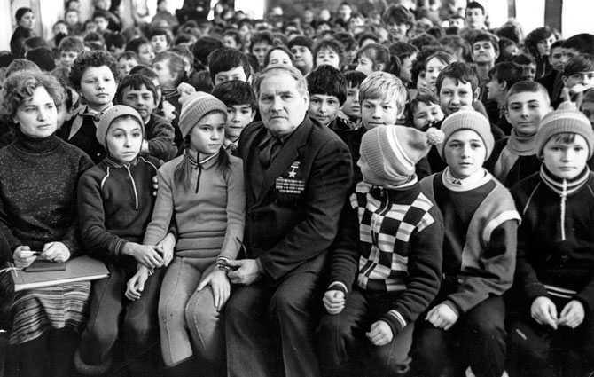 Герой Советского Союза Михаил Девятаев на встрече с детьми