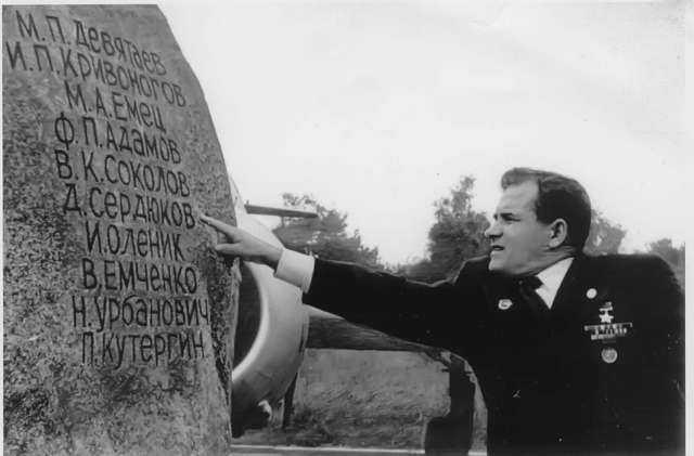 Михаил Девятаев возле обелиска в Пенемюнде
