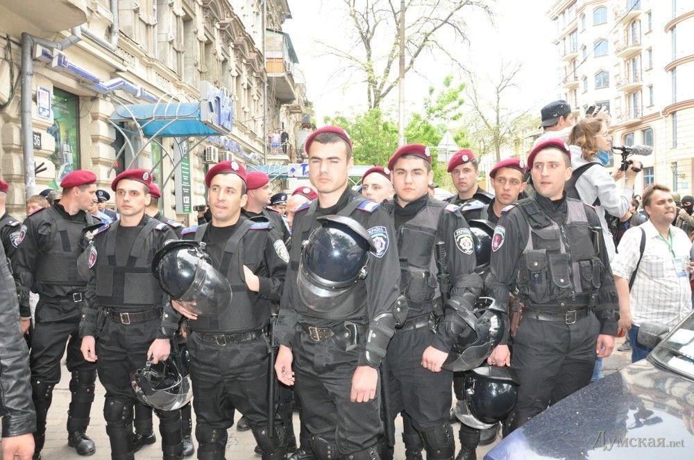 2 мая 2014 года. Милиция в районе Греческой улицы