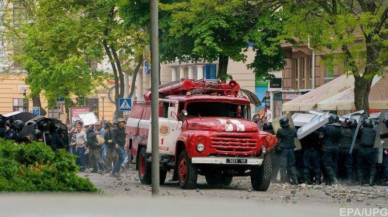 Сотрудники милиции во время уличного побоища на Греческой площади. Видно, что милиция использует защитное снаряжение, которое «не заметили» следователи