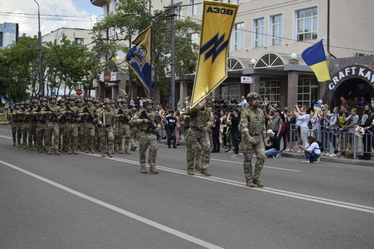 Фашисты полка «Азов» гордо несут свою эмблему
