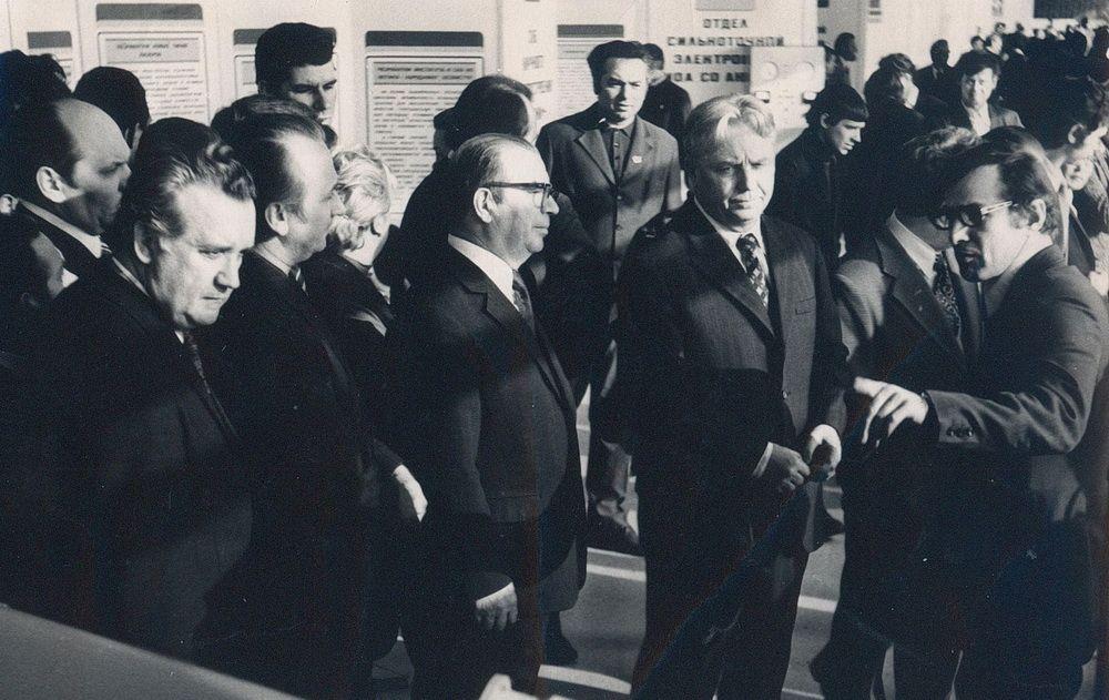 Е.К. Лигачёв на выставке работ молодых учёных во Дворце спорта. Томск, 1975 год
