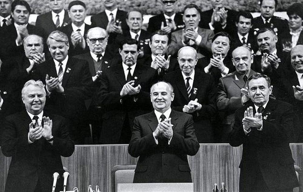 XXVII съезд КПCC, 1986 год. Михаил Горбачёв (в центре), и люди, «которые его сделали»: А.А. Громыко (крайний справа), и Е.К. Лигачёв (слева).
