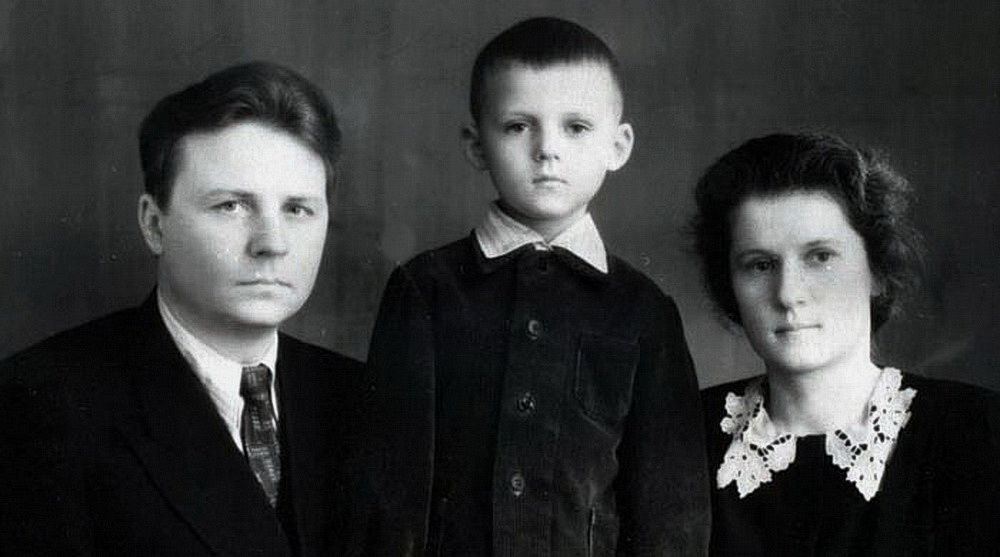 Егор Кузьмич Лигачев с женой Зинаидой Ивановной и сыном Александром