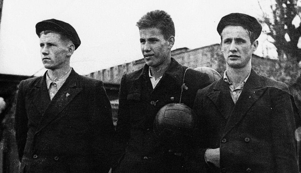 Борис Ельцин (в центре) в годы учёбы.